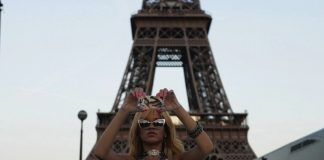 Rihanna-Paris-Tour-Eiffel-Tower