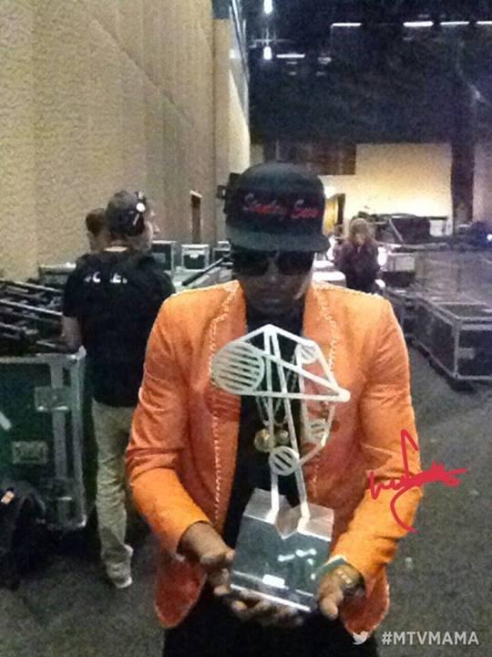 """Stanley Enow rappeur camerounais pose avec le prix qu'il vient de remporter dans la catégorie """"Révélation de l'année"""" des MTV Africa Music Awards qui ont eu lieu aujourd'hui à Durban en Afrique du Sud"""