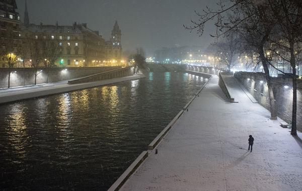 Les quais de seine par temps neigeux