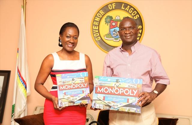 Mrs Nimi-Akinkugbe CEO Bestman-Games-présente le Monopoly Lagos au Governeur Fashola