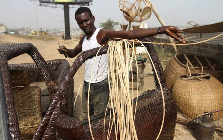 Ojo Obaniyi d'Ibadan crée une voiture en rafia !