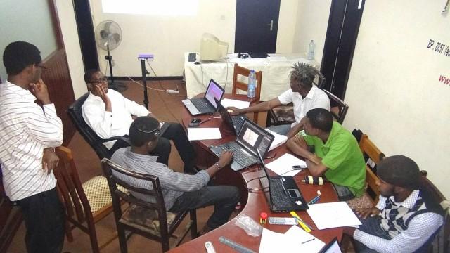 Photo de travail avec l'équipe Kiro'o, brainstorming sur le scénario