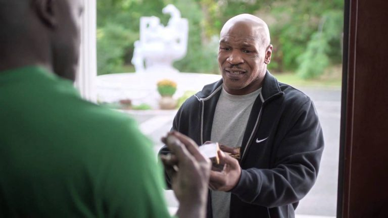 Mike Tyson redonne l'oreille de Evander Holyfield pour Foot Locker