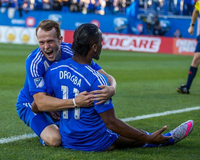 Le coup franc de Didier Drogba par les partisans de l'Impact de Montréal