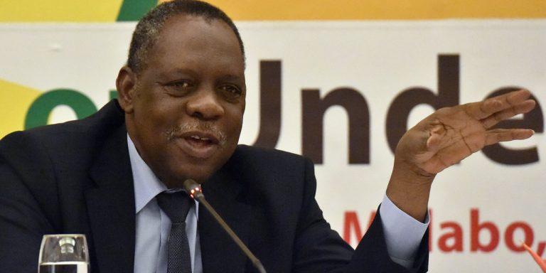 Le Camerounais Issa Hayatou devient le président de la Fifa par intérim durant la suspension de Sepp Blatter