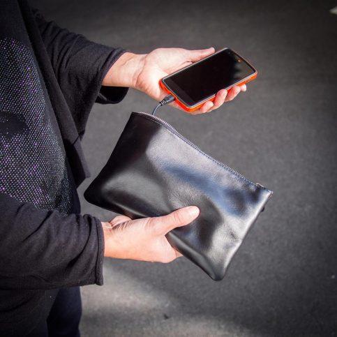 sac-a-main-avec-chargeur-pour-smartphones-829