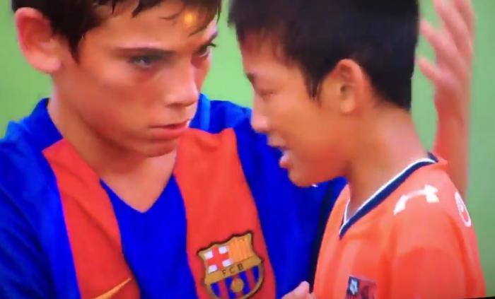 Quand les jeunes du FC Barcelone consolent leur adversaire…