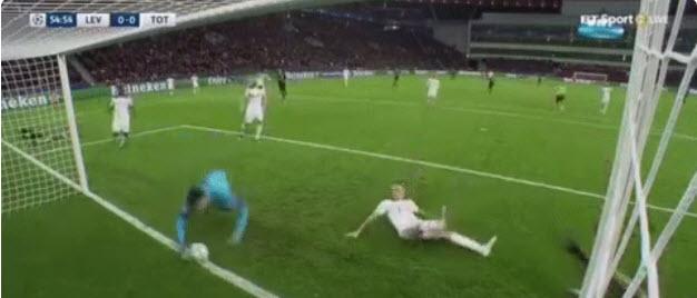 Vidéo: L'arrêt  incroyable de Hugo Lloris contre le Bayer Leverkusen